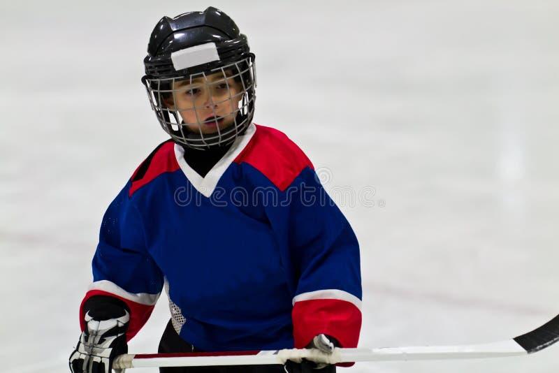 Ребенок играя хоккей на льде стоковое фото rf