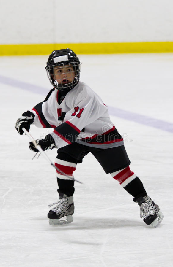 Ребенок играя хоккей на льде стоковое изображение