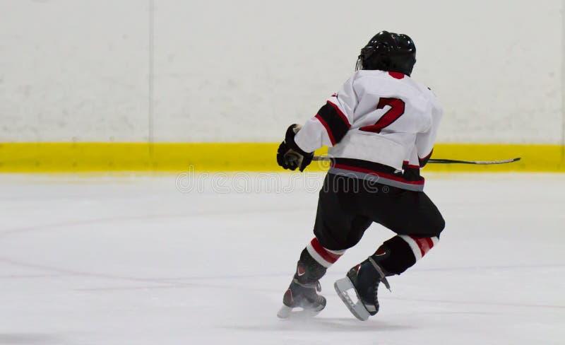 Ребенок играя хоккей на льде стоковые изображения rf