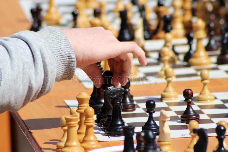 Ребенок играя шахмат, руку ` s детей стоковое изображение rf