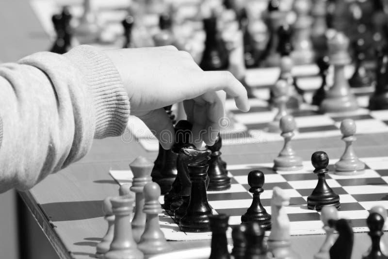 Ребенок играя шахмат, руку ` s детей стоковые изображения