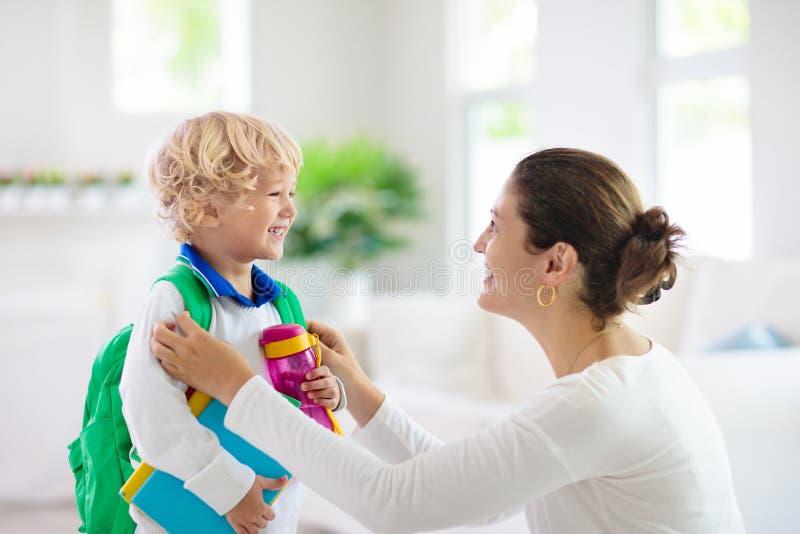 Ребенок идя назад в школу Мать и ребенк стоковая фотография