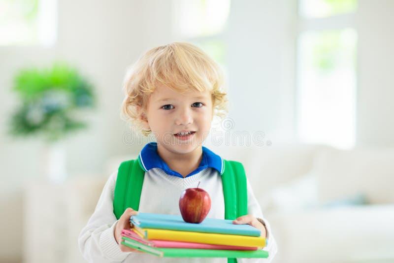 Ребенок идя назад в школу Ребенк с рюкзаком стоковые изображения rf