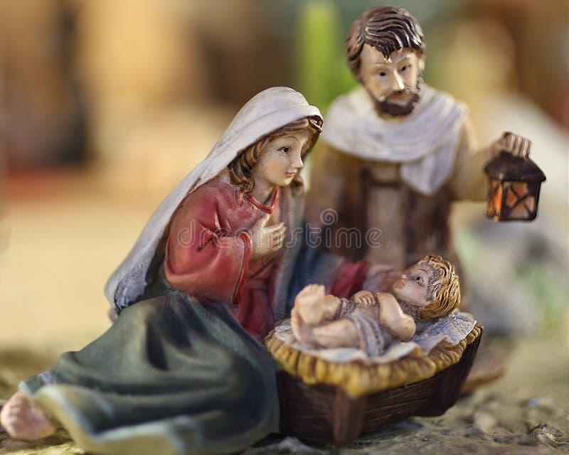 Ребенок Иисуса сцены рождества с Mary и Иосиф с фонариком стоковые изображения rf
