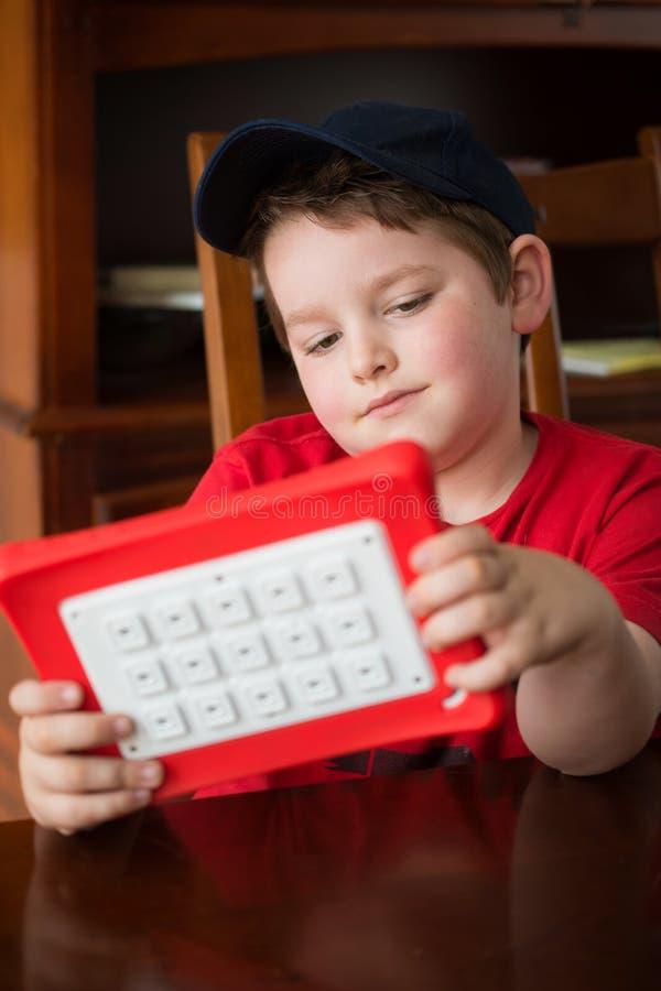 Ребенок используя планшет стоковые фотографии rf