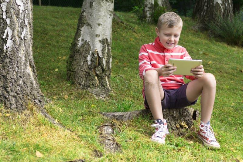 Ребенок используя таблетку стоковые фотографии rf