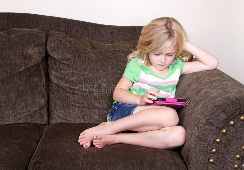 Ребенок или preschooler используя таблетку стоковая фотография rf