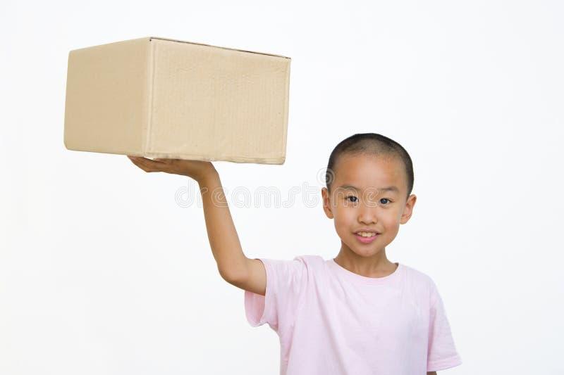 Ребенок и коробка стоковая фотография rf
