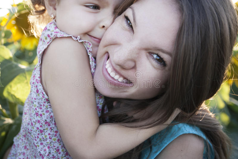 Ребенок и мама на солнцецветах стоковые фотографии rf