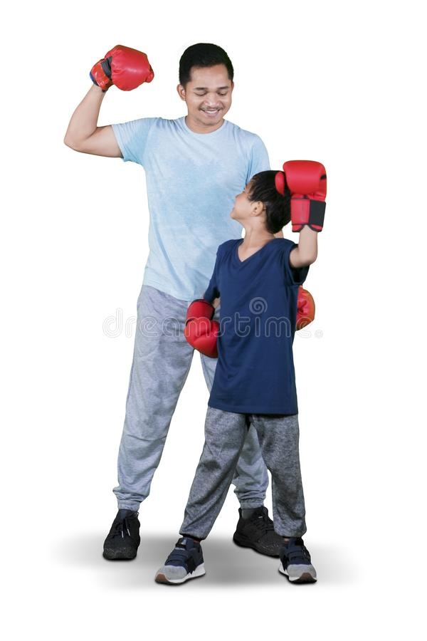Ребенок и отец носят перчатки бокса на студии стоковые изображения