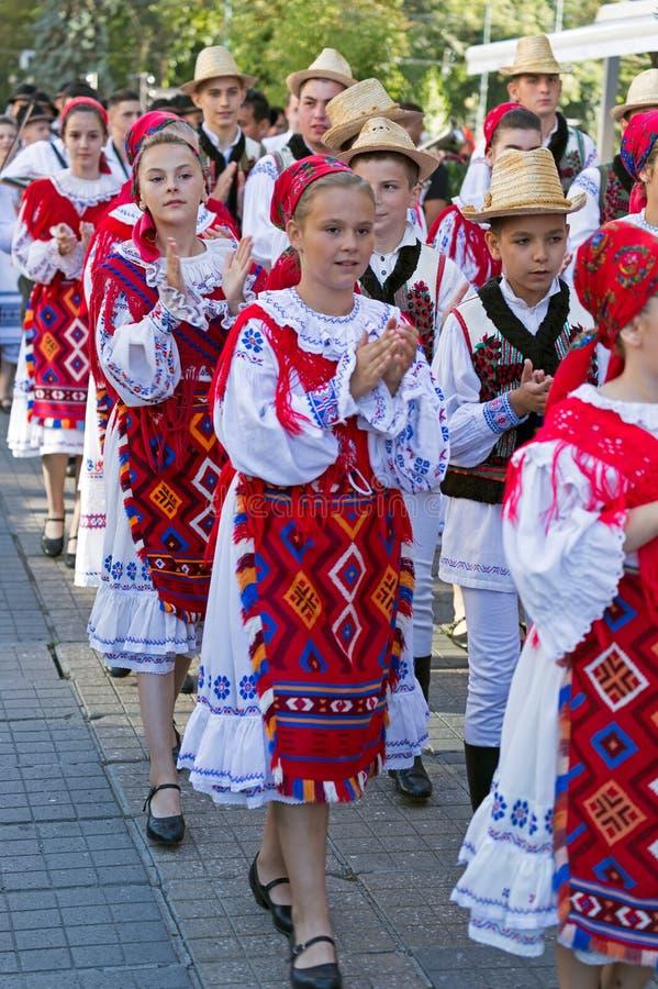 Ребенок и подросток от Румынии в традиционном костюме стоковые изображения rf
