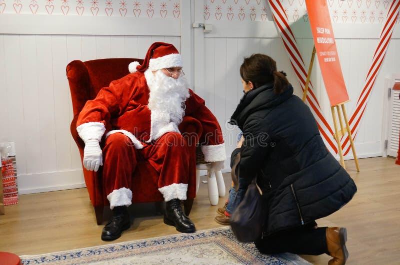 Ребенок и Санта Клаус стоковые изображения rf