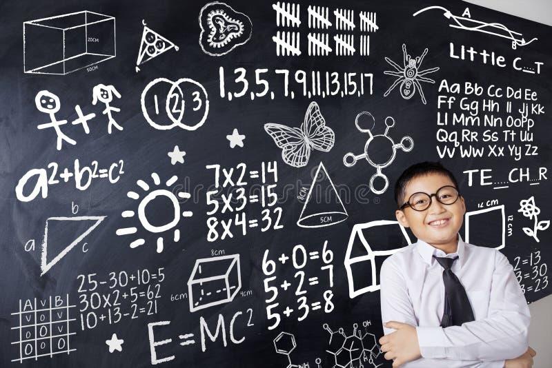 Ребенок и формула математики стоковое изображение