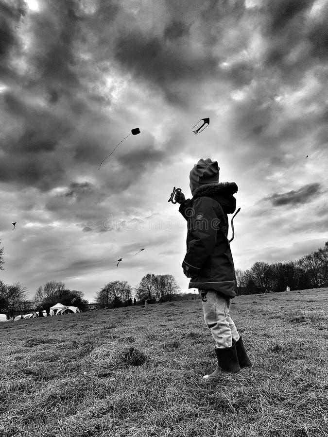 Ребенок летая змей в парке стоковое фото rf