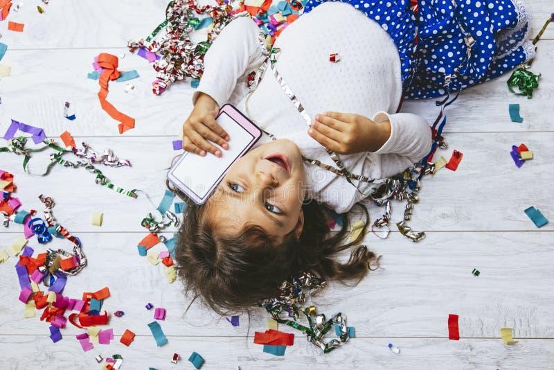 Ребенок маленькой девочки милый и красивый с пестротканым confetti стоковая фотография