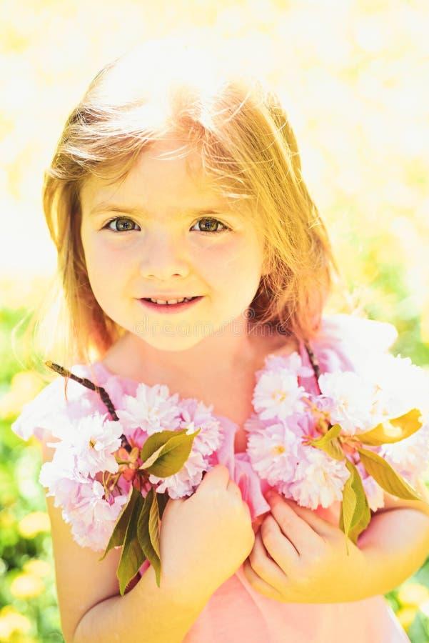 ребенок малый красотка естественная День детей Весеннее время skincare стороны прогноза погоды цветки аллергии к балерина немнога стоковое изображение rf