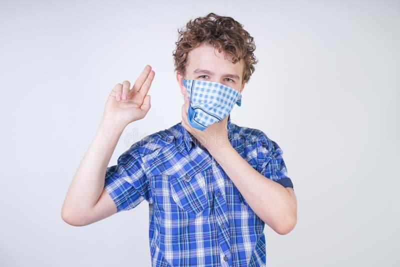 Ребенок мальчика аллергии с жидким носом держа носовой платок Подросток имеет плохое здоровье и стоит на белом al предпосылки сту стоковые фотографии rf