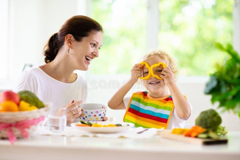 Ребенок матери питаясь Мама кормит овощи ребенк стоковые фото
