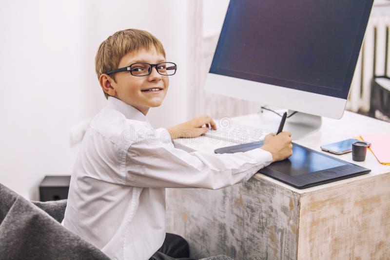 Ребенок мальчика с компьютером, в офисе в белом busine рубашки стоковое изображение
