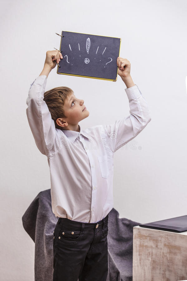 Ребенок мальчика с компьютером, в офисе в белом busine рубашки стоковое фото rf