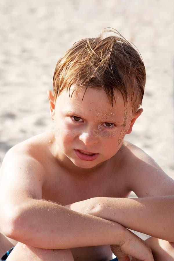Download Ребенок, мальчик сердит и его стороны Стоковое Фото - изображение насчитывающей жизнерадостно, сторона: 40589492