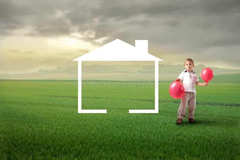 ребенок мечтая домой стоковая фотография