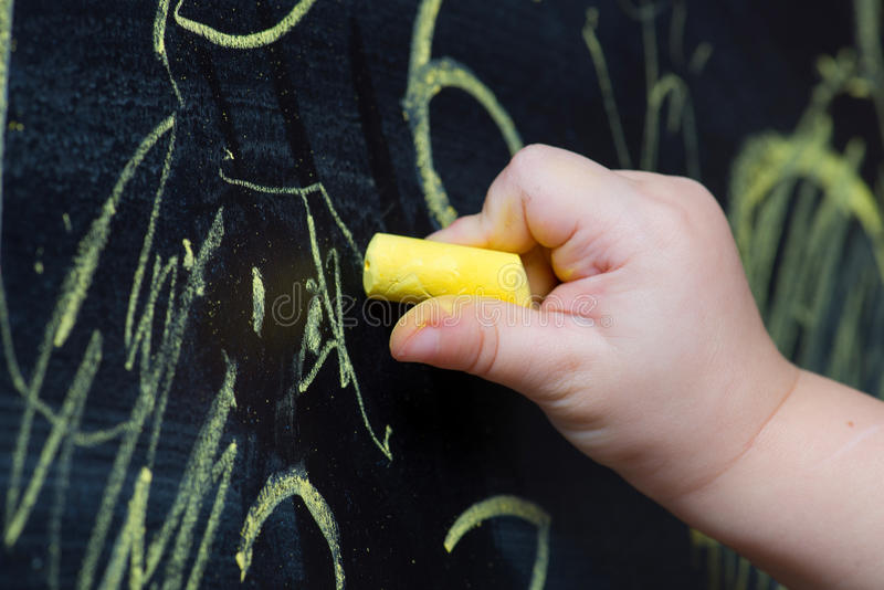 ребенок мелка рисует стоковые фото