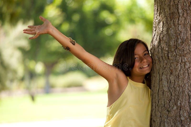ребенок наслаждаясь детенышами природы стоковое фото