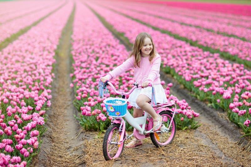 Ребенок на велосипеде в поле тюльпана Велосипед в Голландии стоковое фото