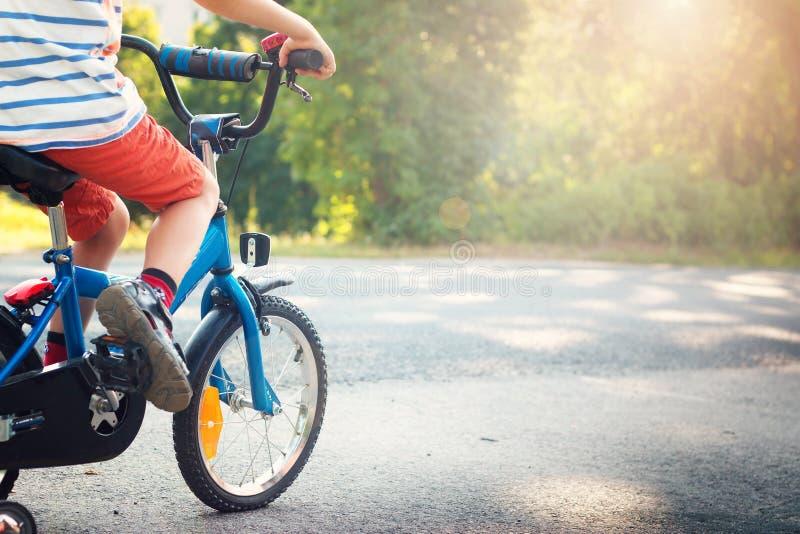 Ребенок на велосипеде стоковое изображение