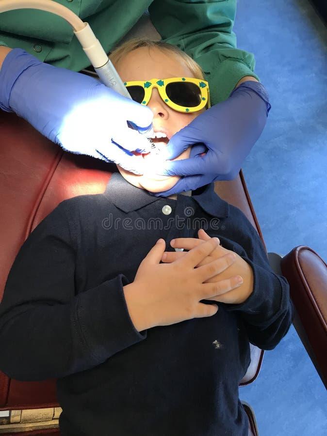 Ребенок на дантисте стоковое фото rf