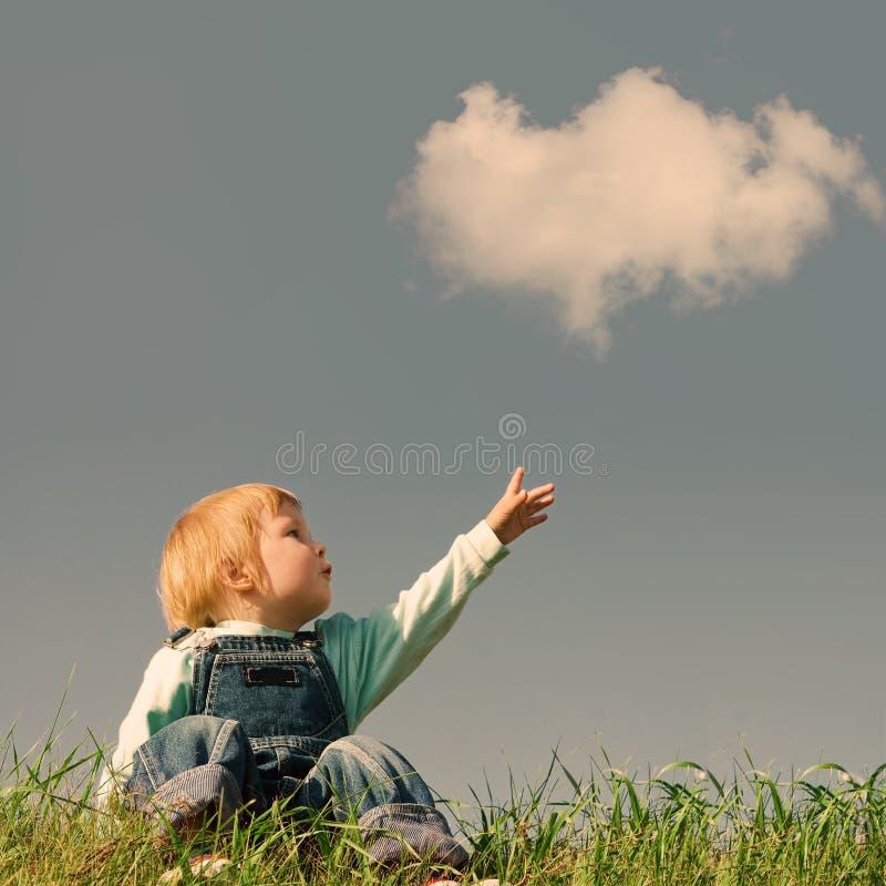 Ребенок на зеленой траве стоковые фото