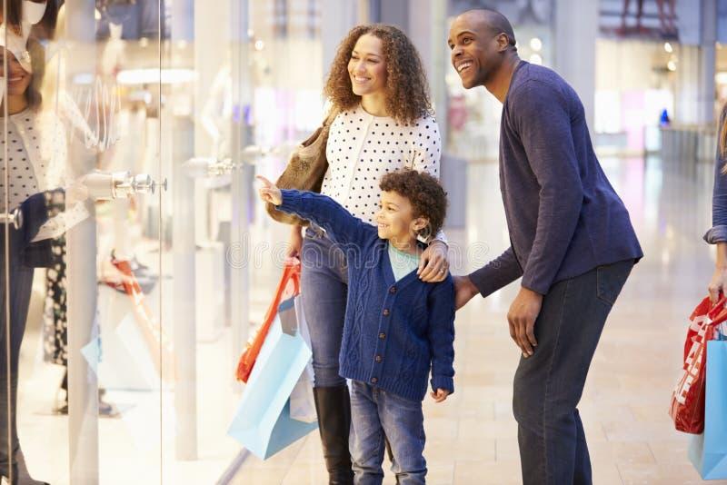 Ребенок на отключении к торговому центру с родителями стоковое фото