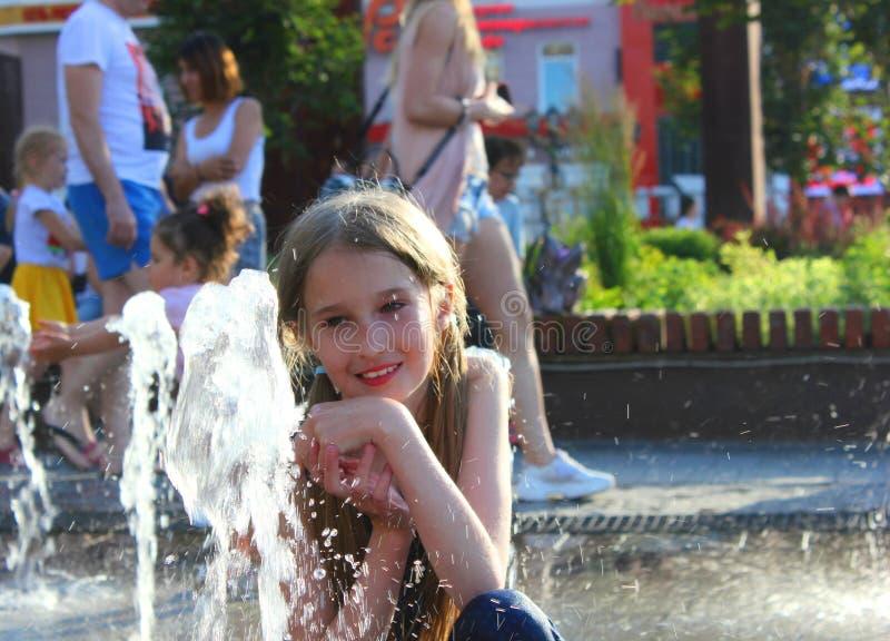 Ребенок на фонтане стоковая фотография