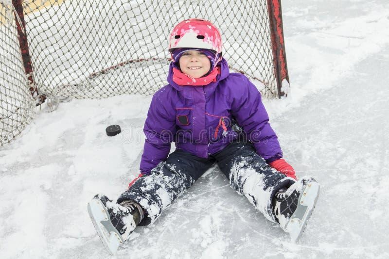 Ребенок на льде хоккея с шайбой стоковое фото rf
