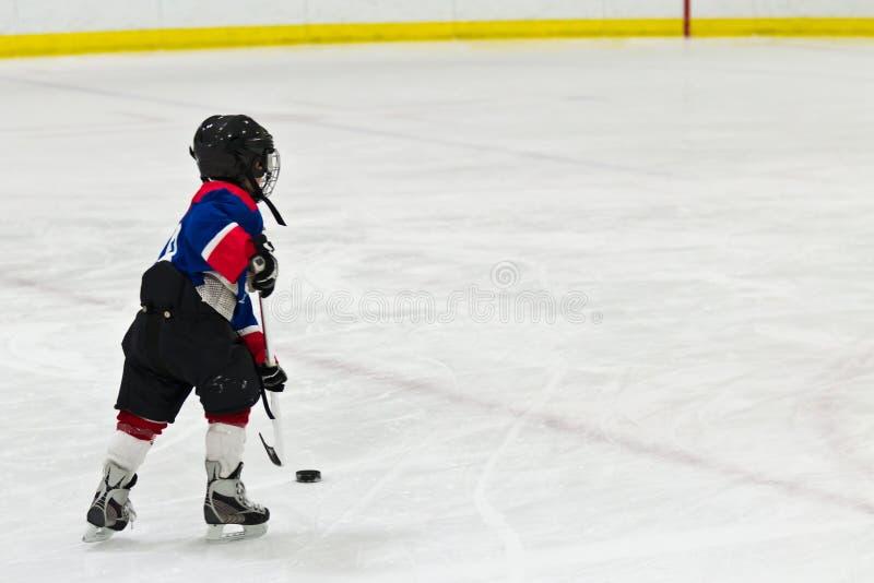Ребенок на breakaway во время игры хоккея на льде стоковое изображение