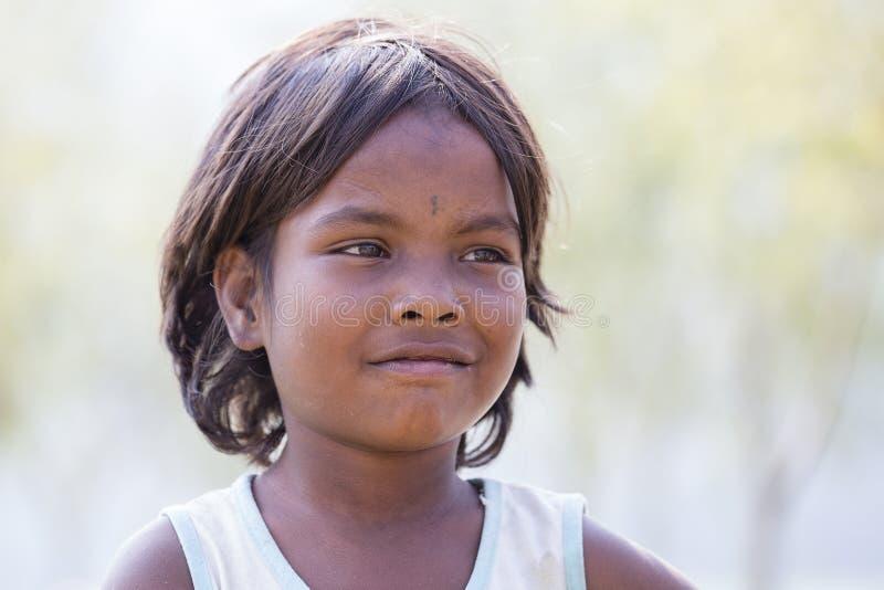 Ребенок непальца портрета на улице в гималайской деревне, Непале стоковые изображения rf