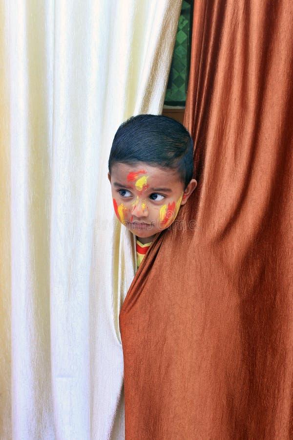 ребенок непослушный Портрет маленького ребенка на фестивале Holi стоковая фотография