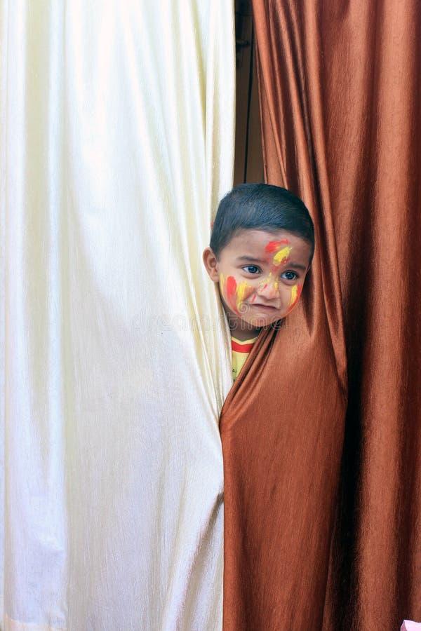 ребенок непослушный Портрет маленького ребенка на фестивале Holi стоковое изображение