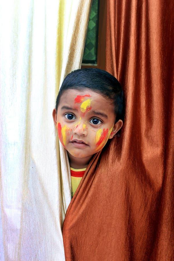 ребенок непослушный Портрет маленького ребенка на фестивале Holi стоковые фотографии rf