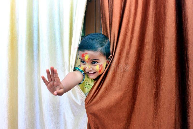 ребенок непослушный Портрет маленького ребенка на фестивале Holi стоковые фото