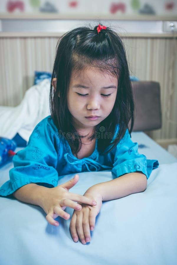 Ребенок несчастной болезни азиатский впущенный в больницу Винтажный тон стоковая фотография rf