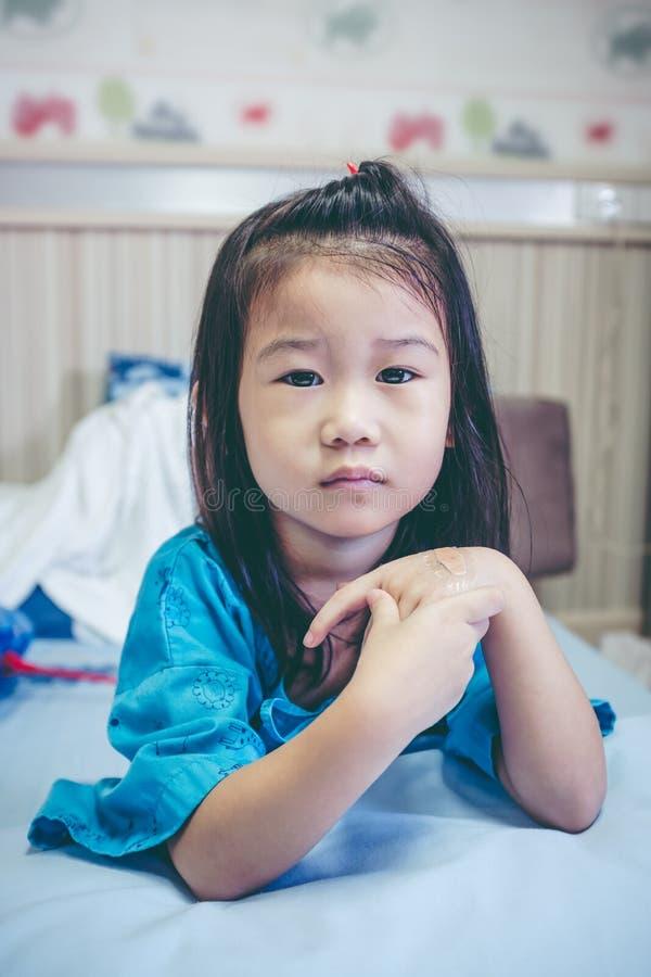 Ребенок несчастной болезни азиатский впущенный в больницу Винтажный тон стоковые фото