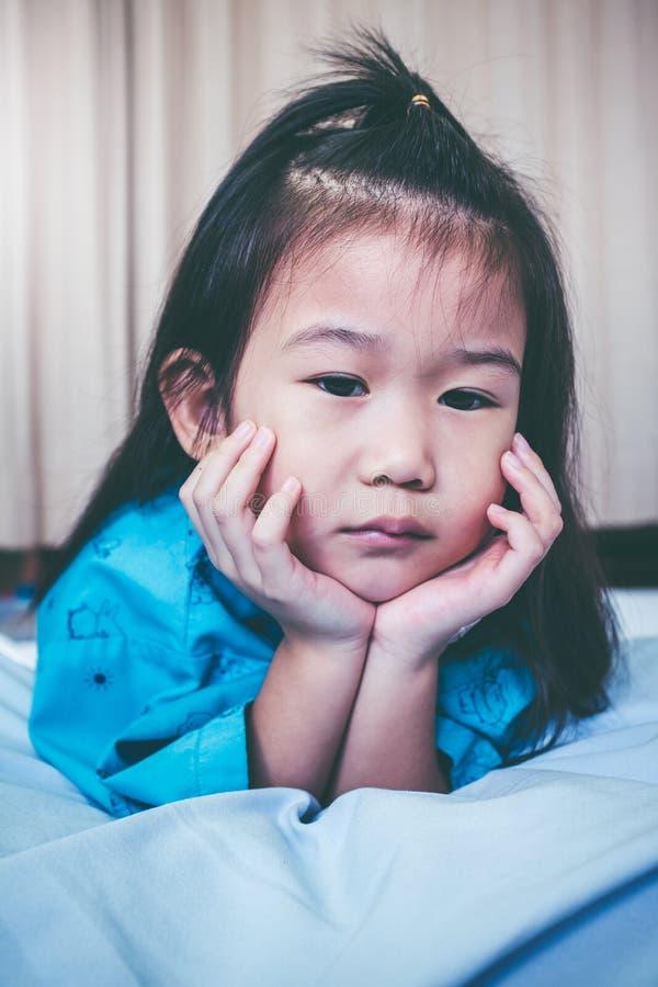 Ребенок несчастной болезни азиатский впущенный в больницу Винтажный тон стоковые фотографии rf