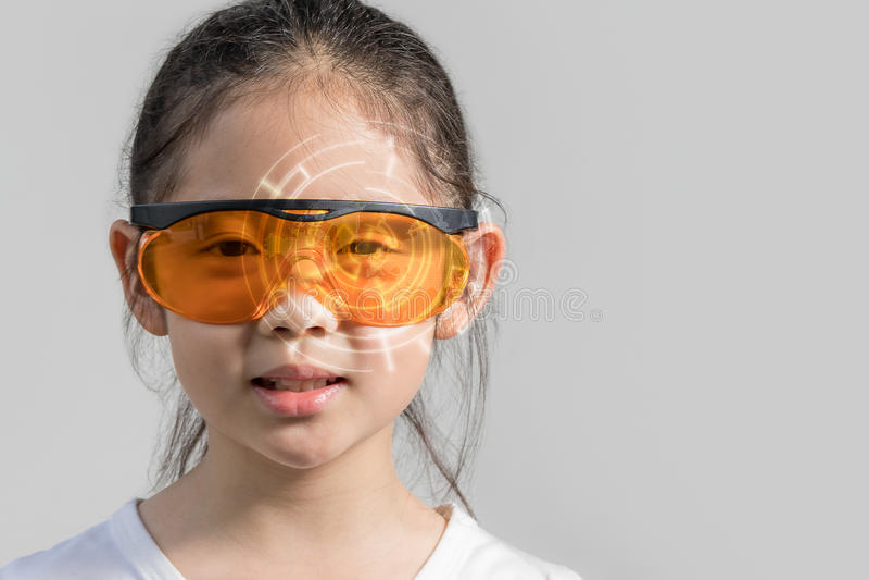 Ребенок нося футуристический умный прибор стекел показывая цифровую информацию в увеличенной концепции реальности стоковые фото