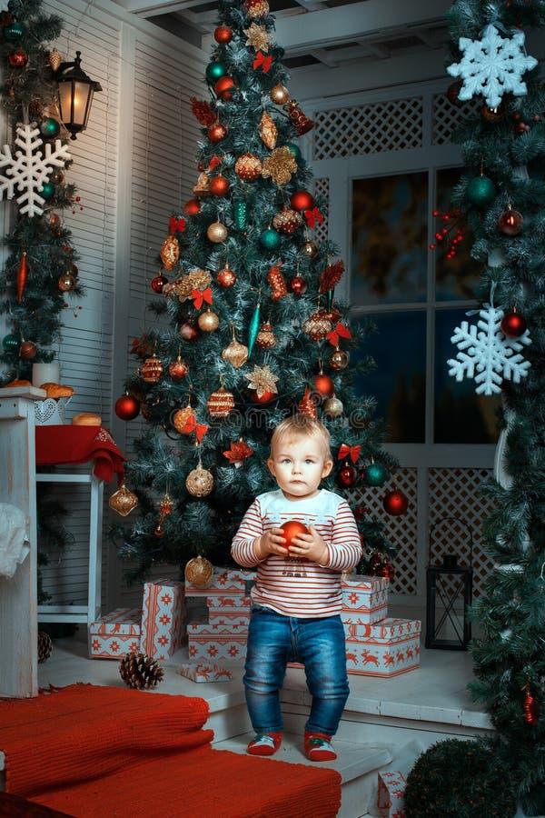 Ребенок около рождественской елки стоковая фотография rf
