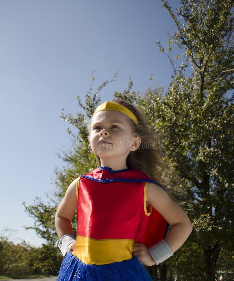 Ребенок одеванный как супергерой стоковые фотографии rf