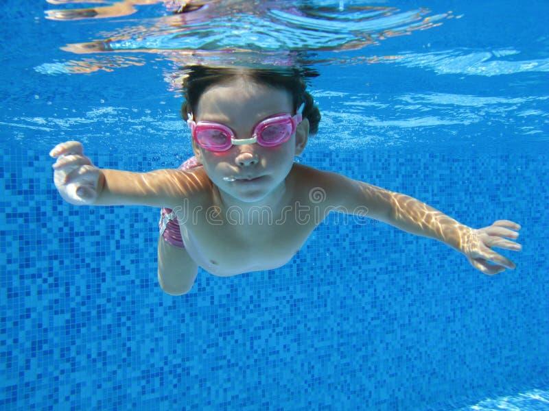 ребенок подводный стоковые фото