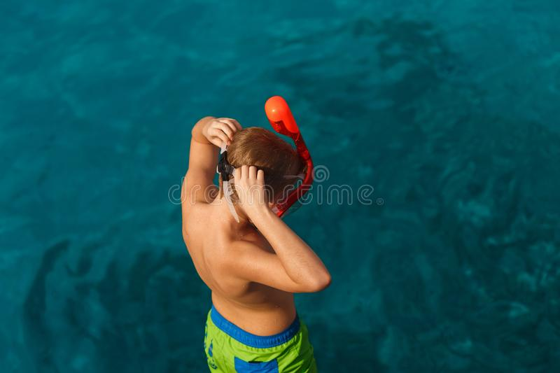 Ребенок подготавливая предпосылку лета маски моря заплыва стоковые фотографии rf