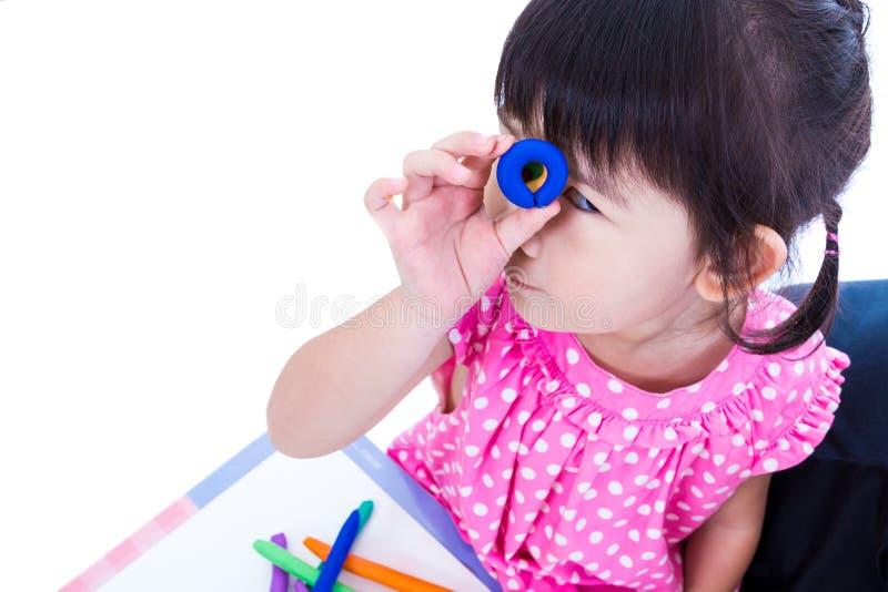 Ребенок показывает ей работы от глины, над белизной Усильте воображение ребенка стоковое фото rf